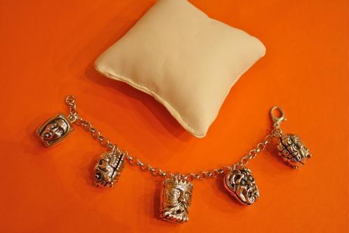 2. Bracciale charms 5 mascheroni doppi